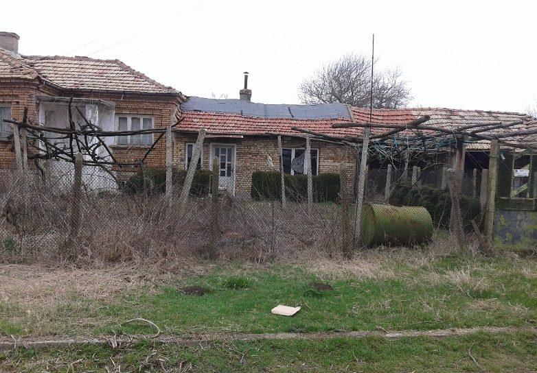 immobilien haus in dobroplodno varna bulgarien 100 qm haus 1900 qm garten 60 km von varna. Black Bedroom Furniture Sets. Home Design Ideas